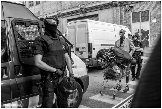 Un habitante de Puigcerdà 127 lleva su equipaje frente a los Mossos d'Esquadra