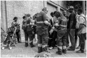 Miembros de Emergències socials gestionan un albergue temporal para los desalojados