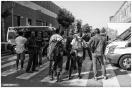 Algunos residentes esperan el permiso para recoger sus pertenencias frente al cordón policial de los Mossos d'Esquadra