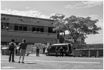 Mossos d'Esquadra custodian la entrada principal de la nave de Puigcerdà 127