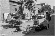 Un hombre comprueba sus pertenencias en una de las calles próximas a las naves desalojadas