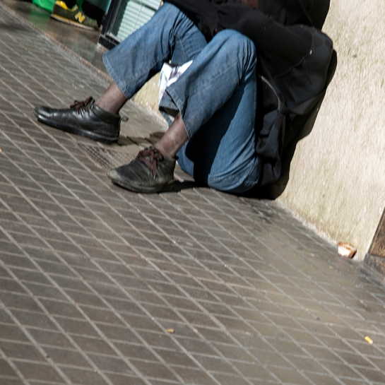 11_Sentado_Calle_Raval Street