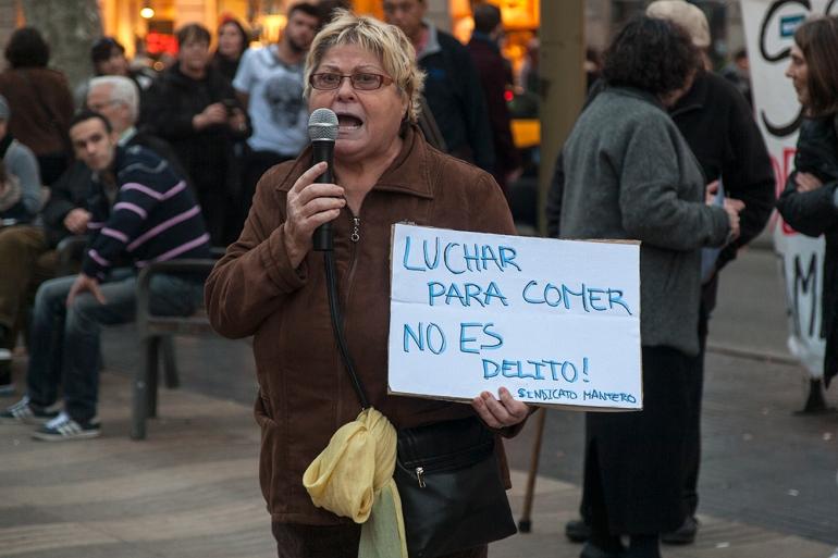 Señora_luchar para comer no es delito_Manteros